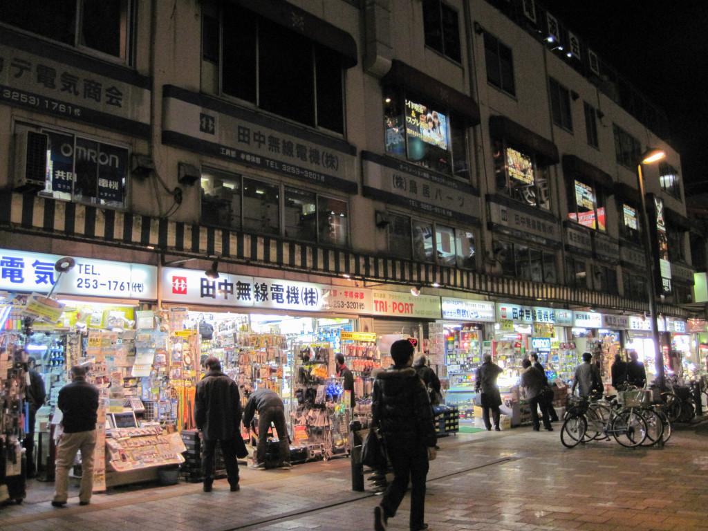 Pequeños comercios a la salida del metro Akihabara