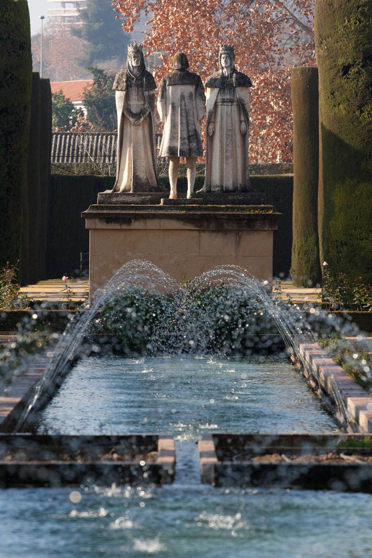 Monumento a Cristóbal Colón y los Reyes Católicos en el Alcázar de los Reyes Cristianos, en Córdoba, España