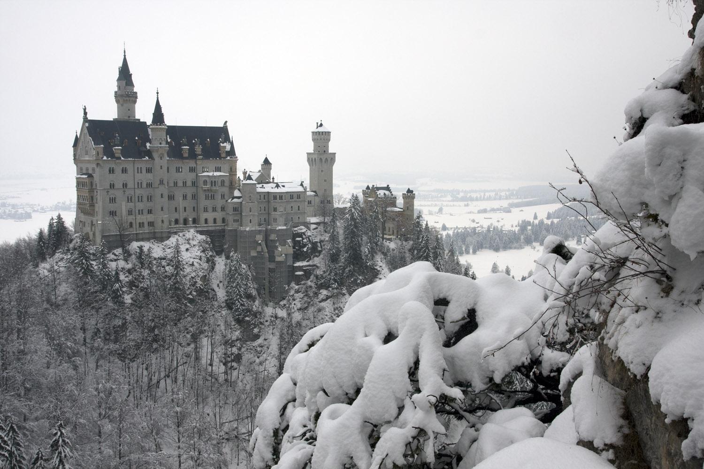 El castillo de Neuschwanstein en invierno, visto desde el puente de María (Marienbrücke)