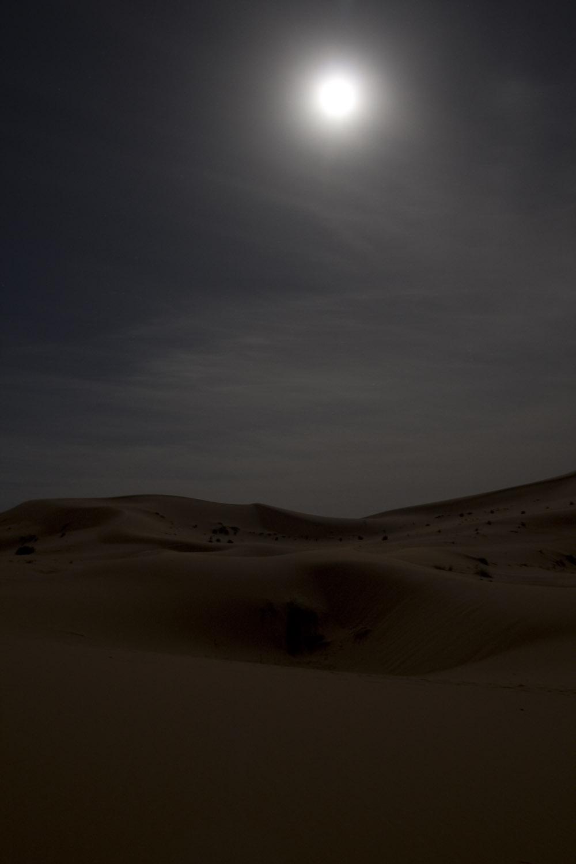 Noche de luna llena en Erg Chebbi, desierto del Sahara, Marruecos