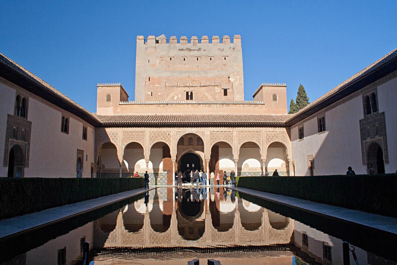 El patio de Comares o de los Arrayanes en la Alhambra de Granada