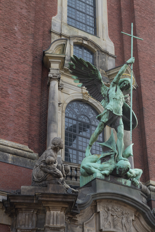 Estatua de San Miguel a la entrada de la Iglesia de San Miguel, Hamburgo