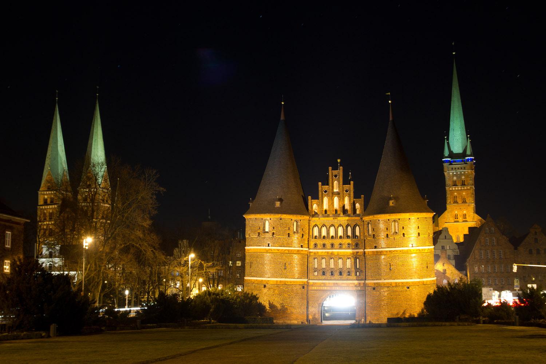 Vista nocturna de la puerta Holstentor de Lübeck