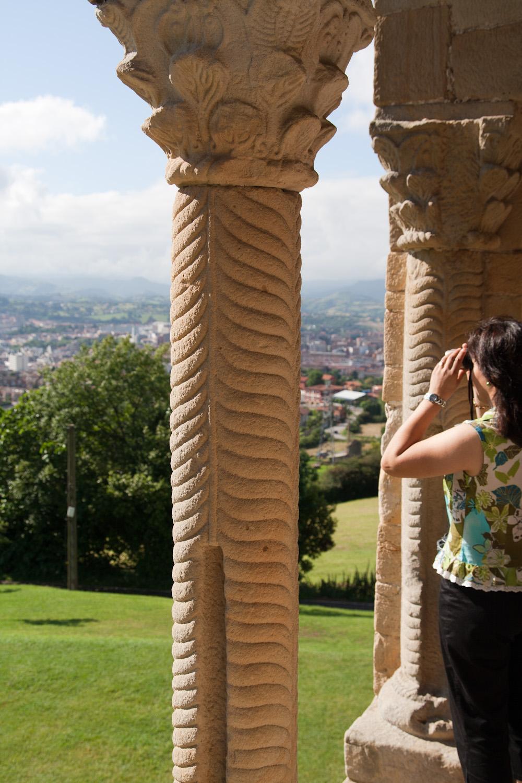 Vista de Oviedo desde la iglesia prerrománica de Santa María del Naranco, España