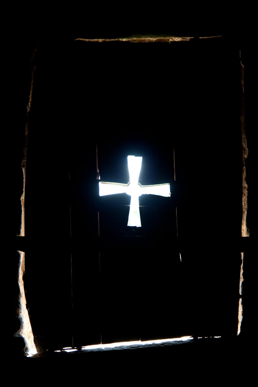 Detalle de la puerta de una ventana de la iglesia prerrománica de Santa María del Naranco, en Oviedo, España