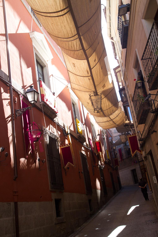Una calle del centro histórico de Toledo, España