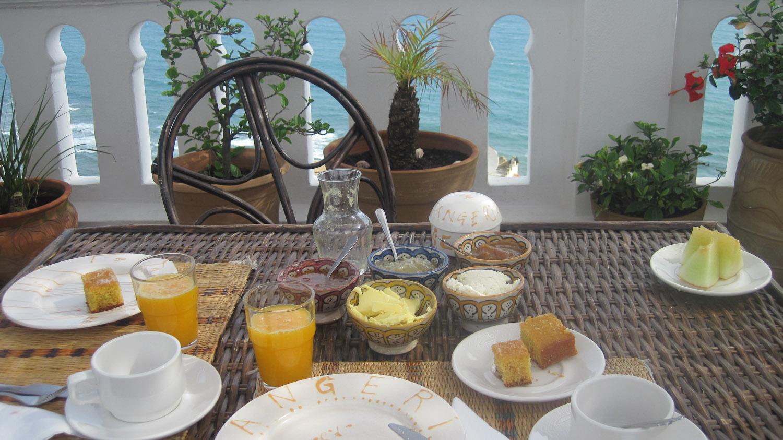 Desayunando junto al mar en La Tangerina - Tánger, Marruecos