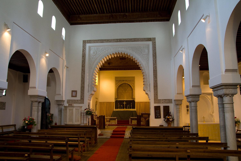 Interior de la iglesia anglicana de Saint Andrew - Tánger, Marruecos