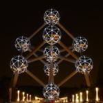 Vista nocturna del Atomium de Bruselas, Bélgica