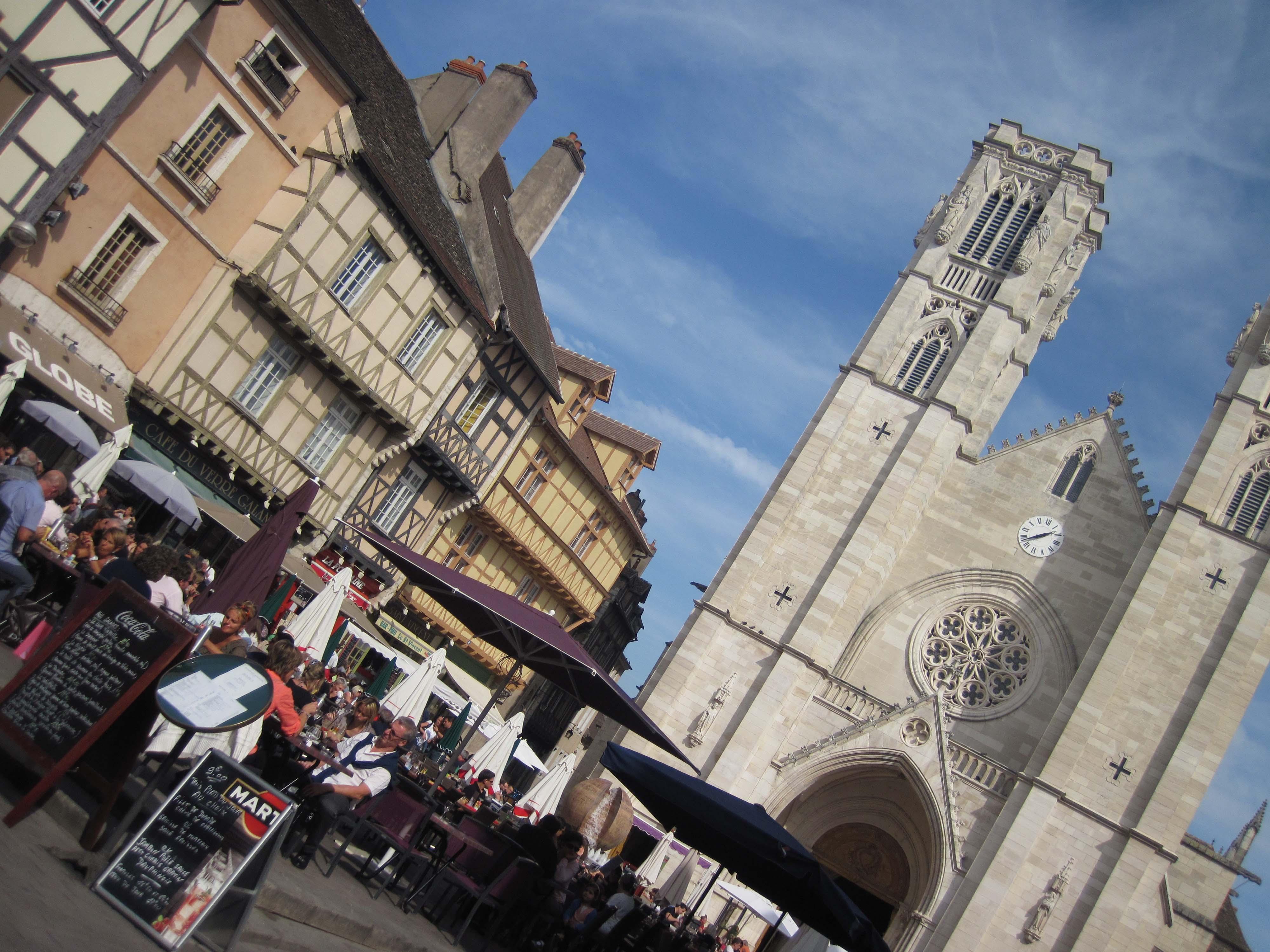 Disfrutando del buen tiempo en la plaza de la catedral