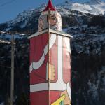 Torre de la iglesia de St. Niklaus disfrazada de Santa Claus o Papá Noel, Suiza