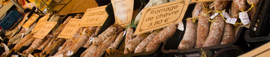 Charcutería artesanal en el mercado de Beaune, Francia
