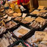 Charcutería artesanal en el mercado del centro de Beaune, Francia