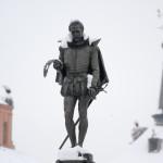 Nieve sobre la estatua de Cervantes en la Plaza Cervantes, Alcalá de Henares, España
