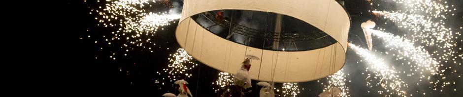 Pedaleando hacia el cielo en la Puerta del Sol de Madrid durante las Navidades del 2010.
