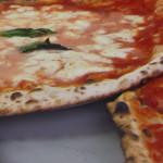Pizzas margarita y marinara en el restaurante Da Michele en Nápoles, Italia
