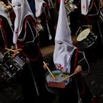 Niño con tambor en la procesión de El camino de la luz de la Semana Santa de León, España