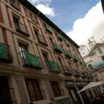 Barrio decorado con el escudo de una cofradía durante la Semana Santa en Valladolid, España