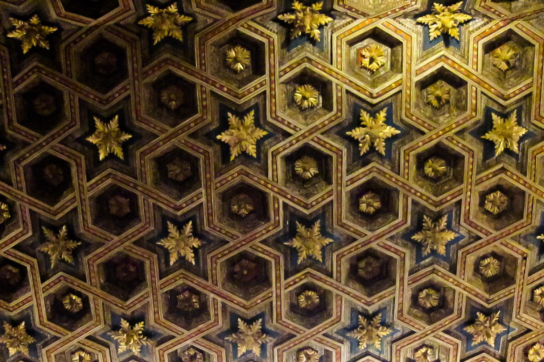 El magnífico artesonado mudéjar del techo del paraninfo de la Universidad de Alcalá, Alcalá de Henares, España