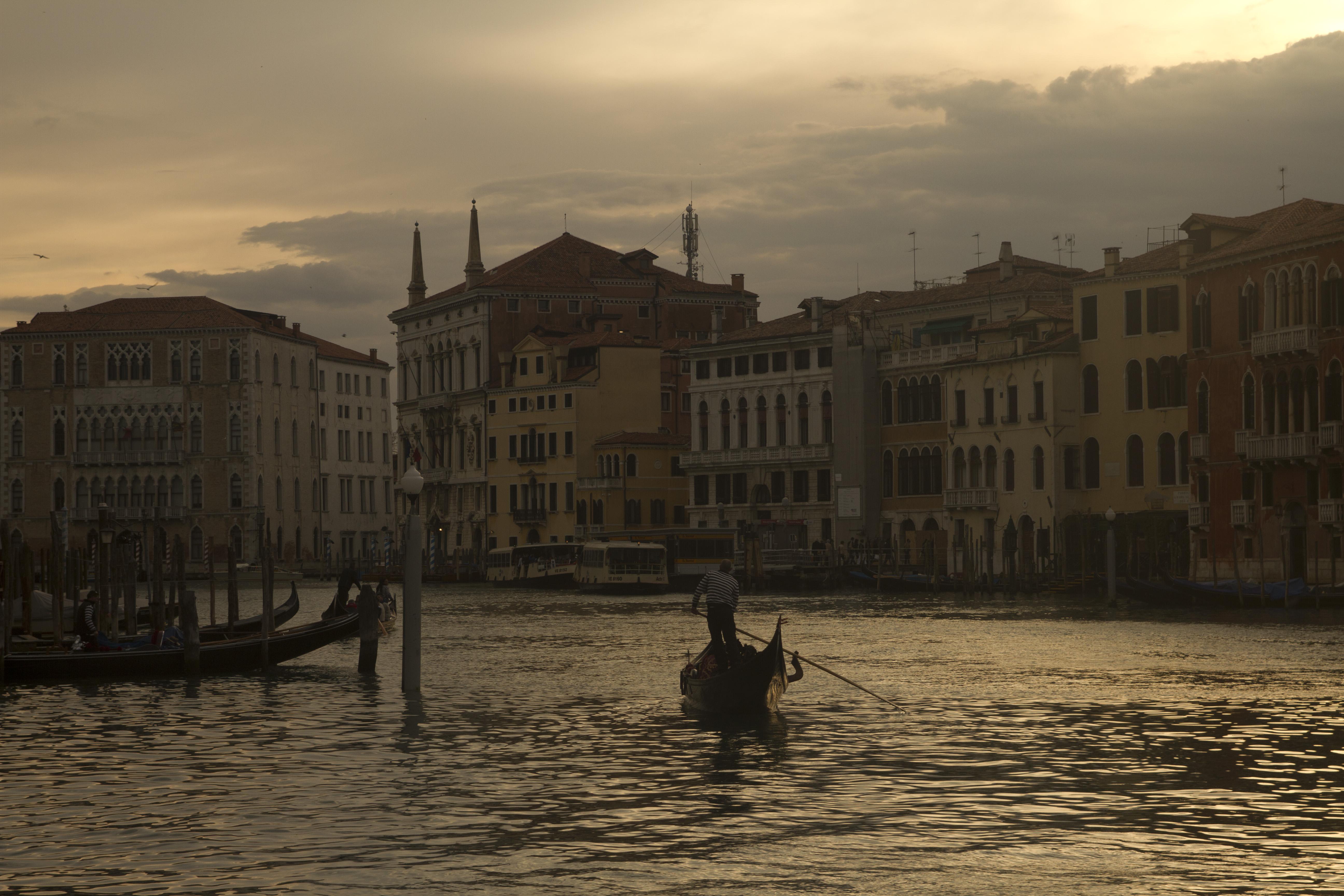 Una góndola surca en solitario el Gran Canal Veneciano