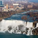 La ciudad de Niagara Falls y las cataratas del Niágara, Nueva York, EE.UU.
