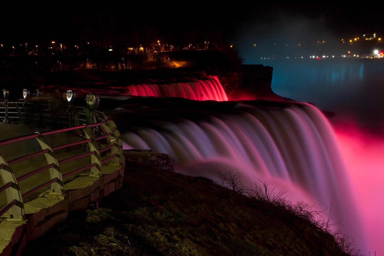 Las cataratas del Niágara de noche desde Prospector Point, Niagara Falls, Nueva York, EE.UU.
