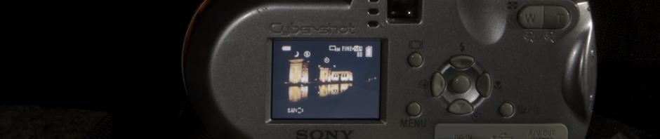 Una cámara compacta de 4MP lista para hacer una foto nocturna del Templo de Debod en Madrid