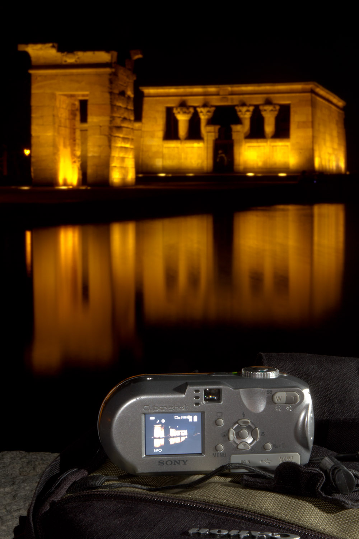 Tomando una foto nocturna del Templo de Debod con una cámara compacta de 4MP