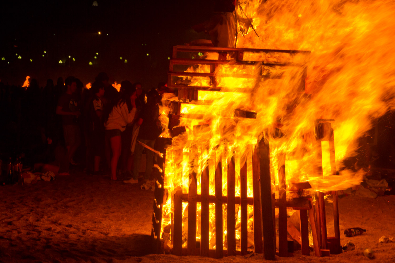 Hoguera en la playa de Orzán durante las fiestas de San Juan en La Coruña, España