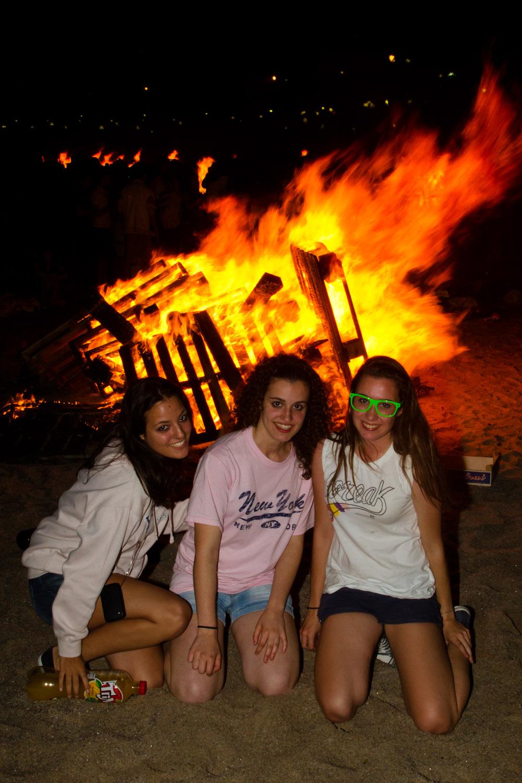 Chicas celebrando la fiesta de San Juan en La Coruña, España