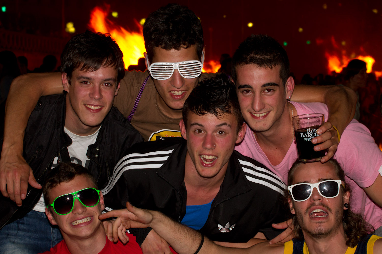 Chicos celebrando la fiesta de San Juan en La Coruña, España