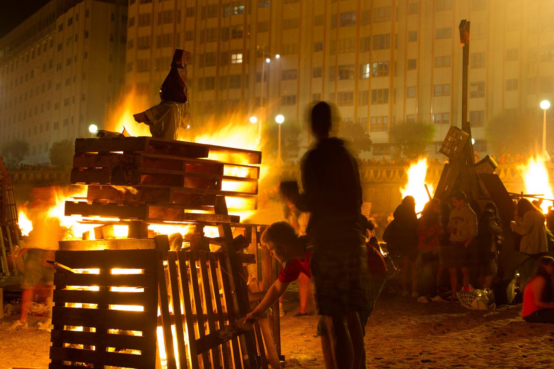Enciendo hogueras en las fiestas de San Juan en La Coruña, España