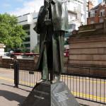 Estatua de Sherlock Holmes a la salida de la estación de Baker Street, Londres, Reino Unido
