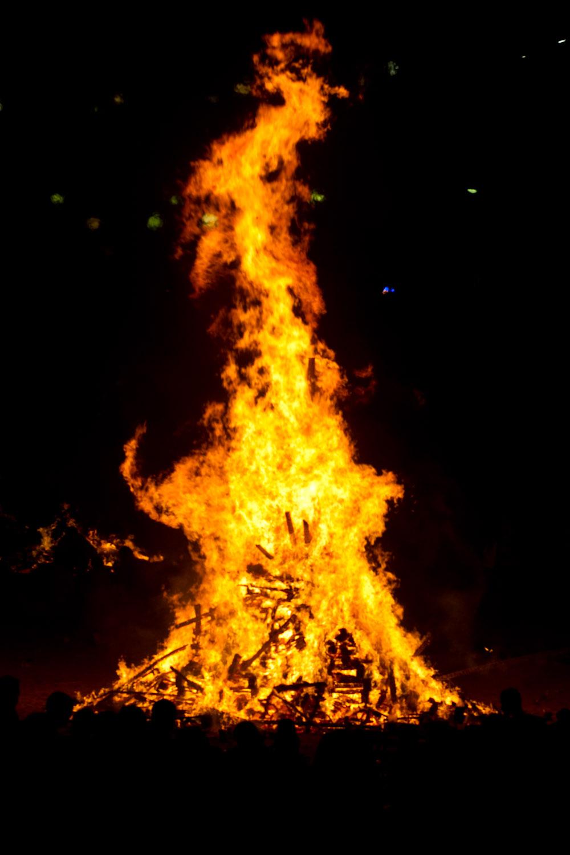 Una hoguera gigante ardiendo en las fiestas de San Juan en La Coruña, España