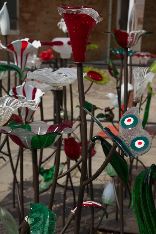 Un jardín de cristal decorativo en la isla de Murano, Italia