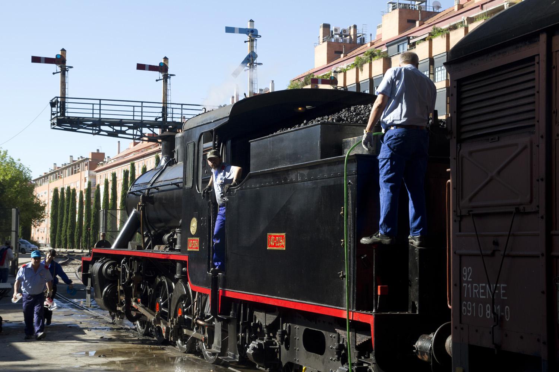 Poniendo a punto la locomotora a vapor del Tren de la Fresa entre Madrid y Aranjuez, España