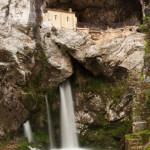 La Santa Cueva de Covadonga y su cascada, España