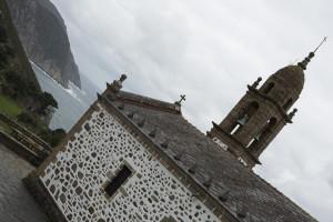 Vista de los acantilados y la iglesia de San Andrés de Teixido, España