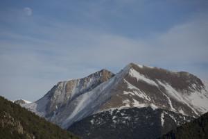 Montaña nevada y luna al atardecer, Arinsal, Andorra