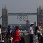 Visitantes contemplando el Tower Bridge durante las Olimpiadas de Londres 2012, Londres, Inglaterra