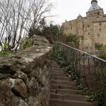 Escalera hacia la iglesia de la abadía del Mont-Saint-Michel, Normandía, Francia