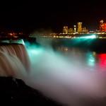 Espectáculo de luces en las cataratas del Niágara y la ciudad canadiense de Niagara Falls