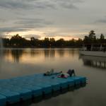 Atardecer relajante en el lago de la Casa de Campo de Madrid, España