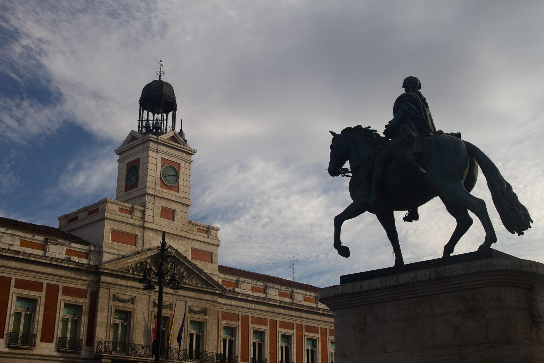 Estatua ecuestre de carlos iii contemplando la puerta del for Fotos reloj puerta del sol madrid