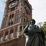 Estatua de Copérnico y torre del antiguo ayuntamiento de Toruń, Polonia
