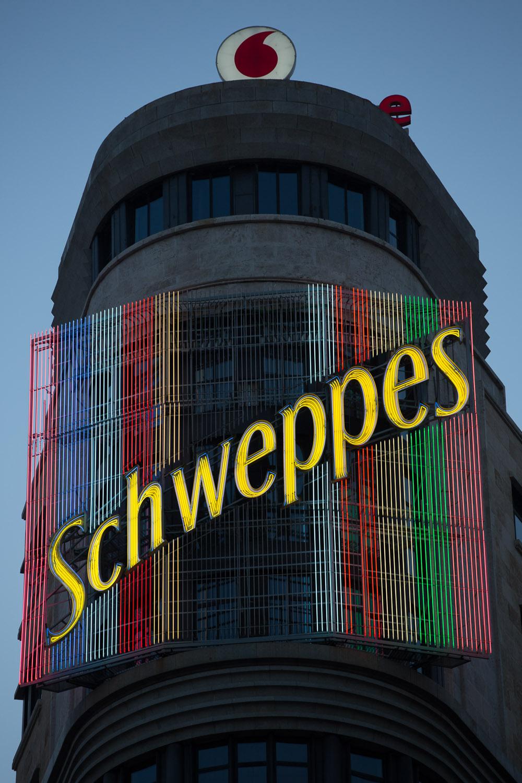Cartel de Schweppes en la Gran Vía de Madrid