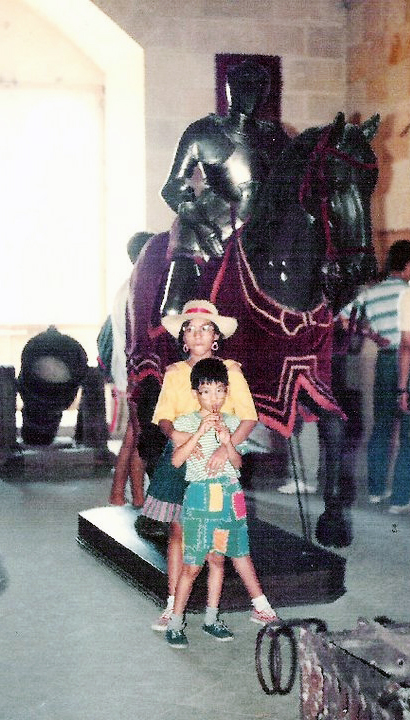 Niños con una armadura de caballero y montura