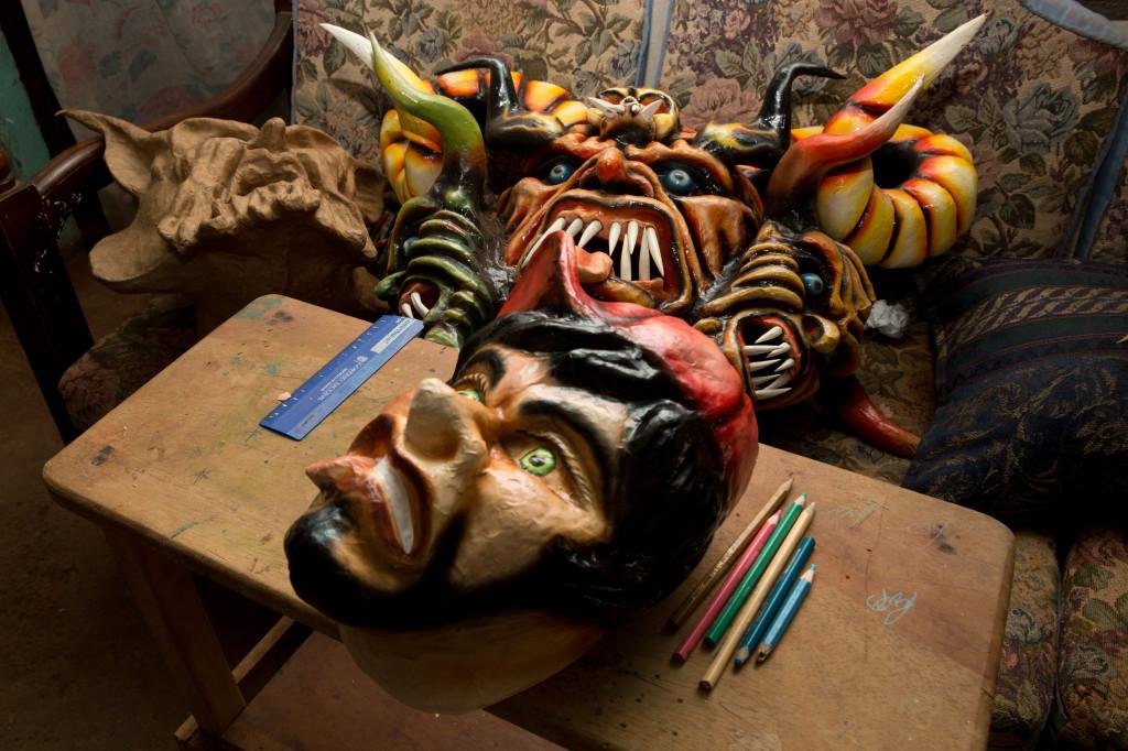 En el taller de José González no solo se fabrican máscaras de diablicos, también las hacen de parrampanes y mojigangas