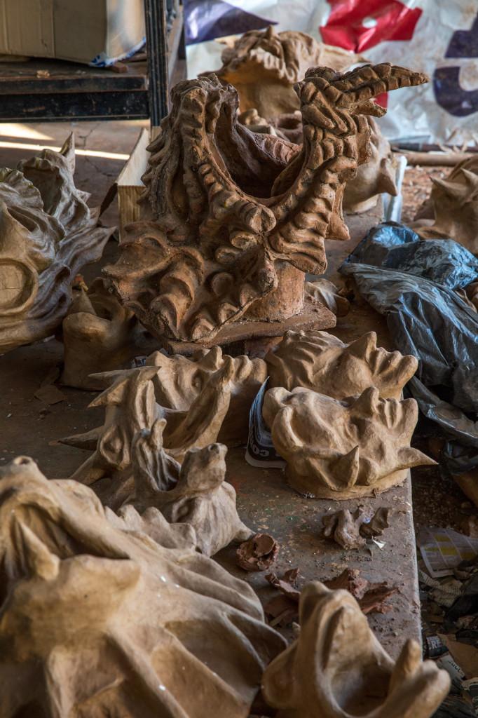 Los moldes para crear las máscaras se hacen en arcilla