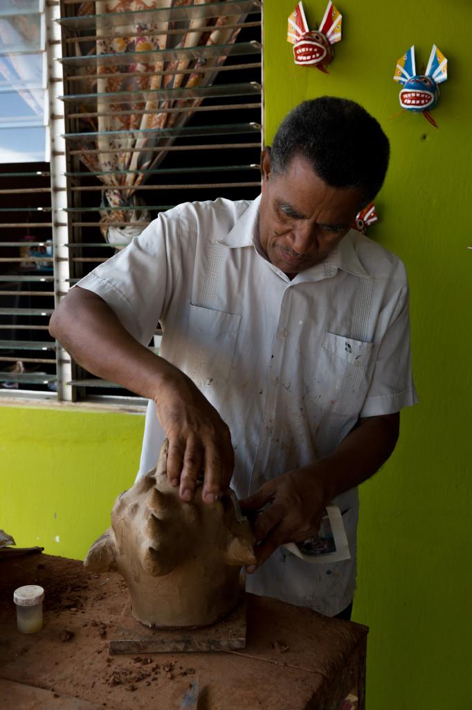 El maestro mascarero Darío López en acción en su taller en Parita